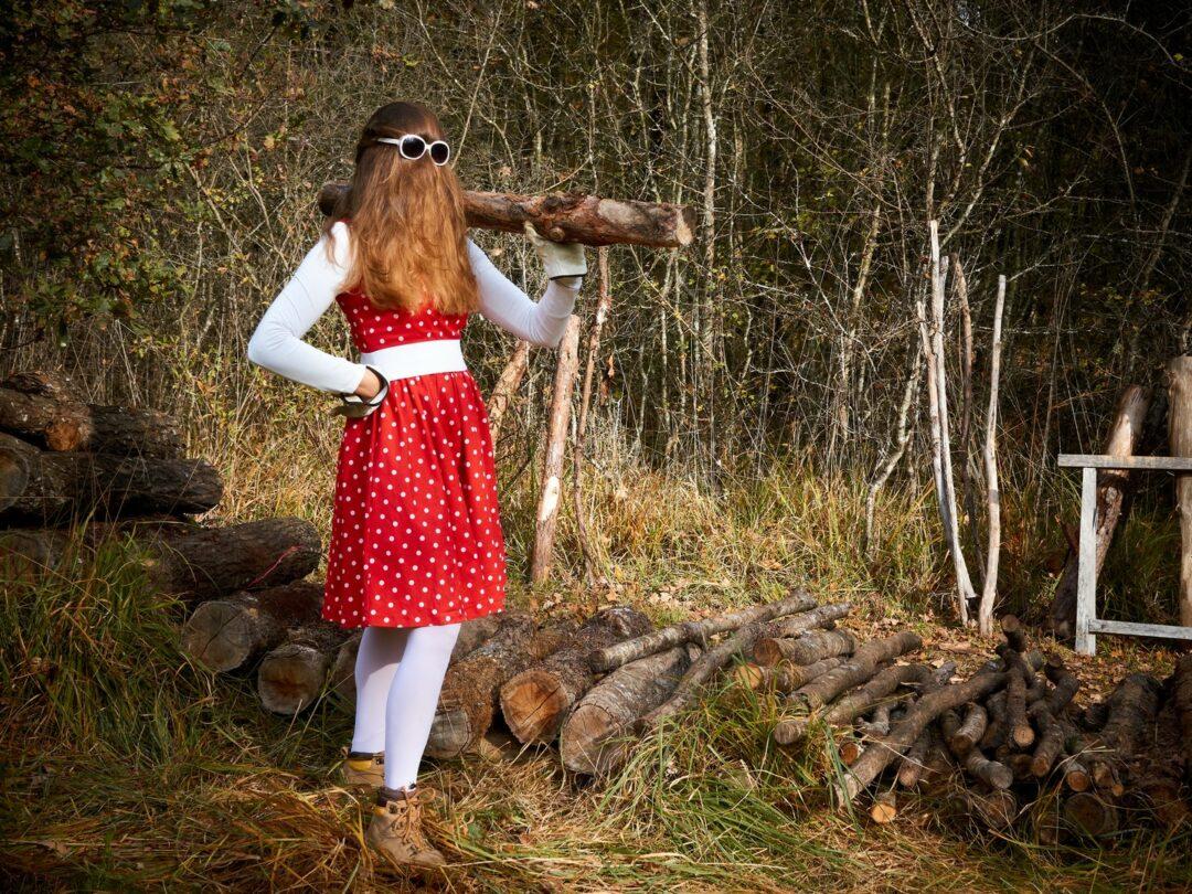 Choubaka transporte un rondin de bois