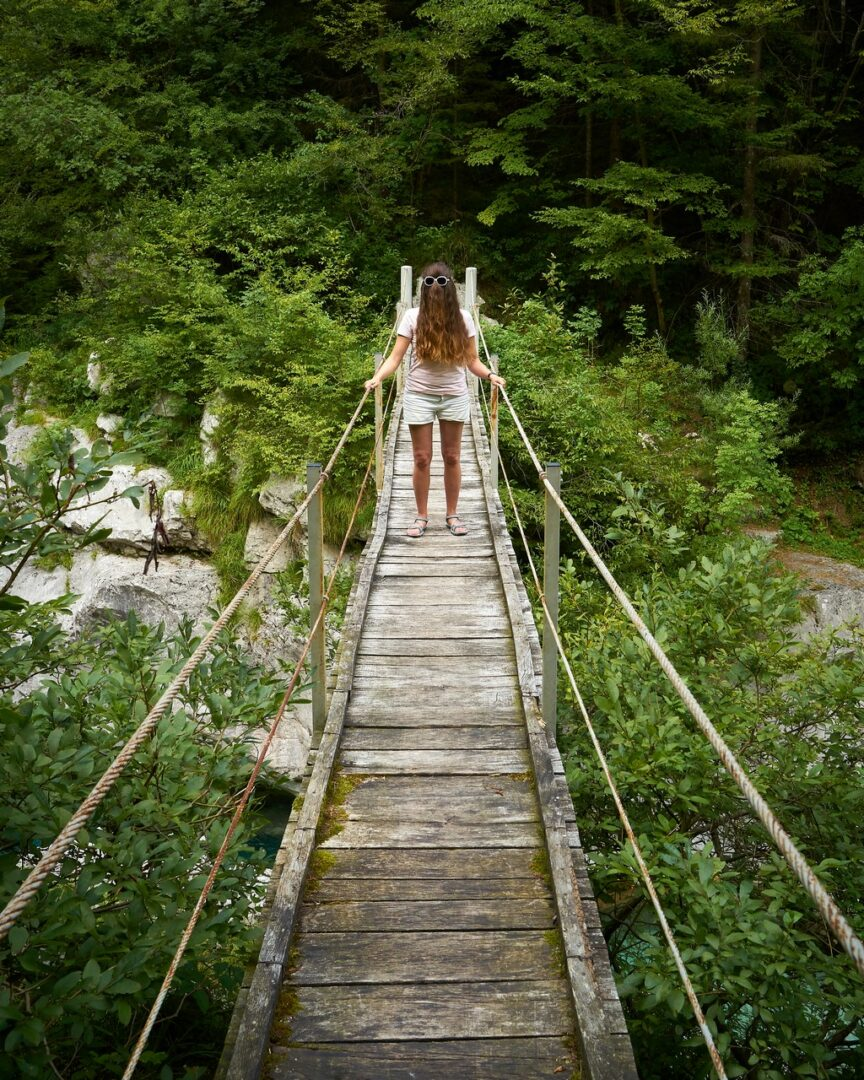 Un pont suspendu dans la vallée de la Soča en Slovénie