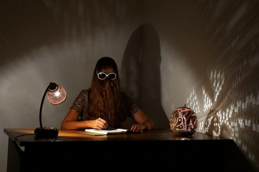 Choubaka écrit ses mémoires à la lueur des lampes réalisées par l'artiste Leptikwi