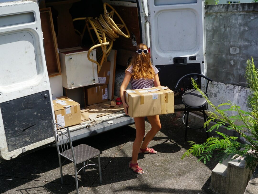 Choubaka, en bon Samaritain, aide ses voisins à déménager