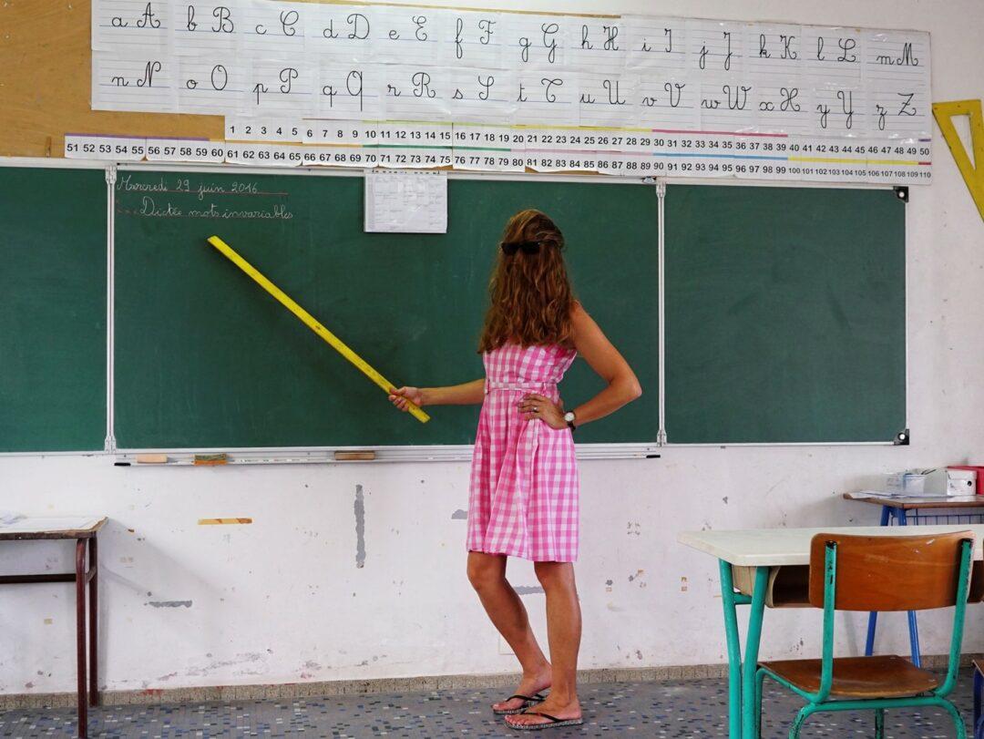 Choubaka, un maître d'école exigeant et attentif, devant son tableau noir.