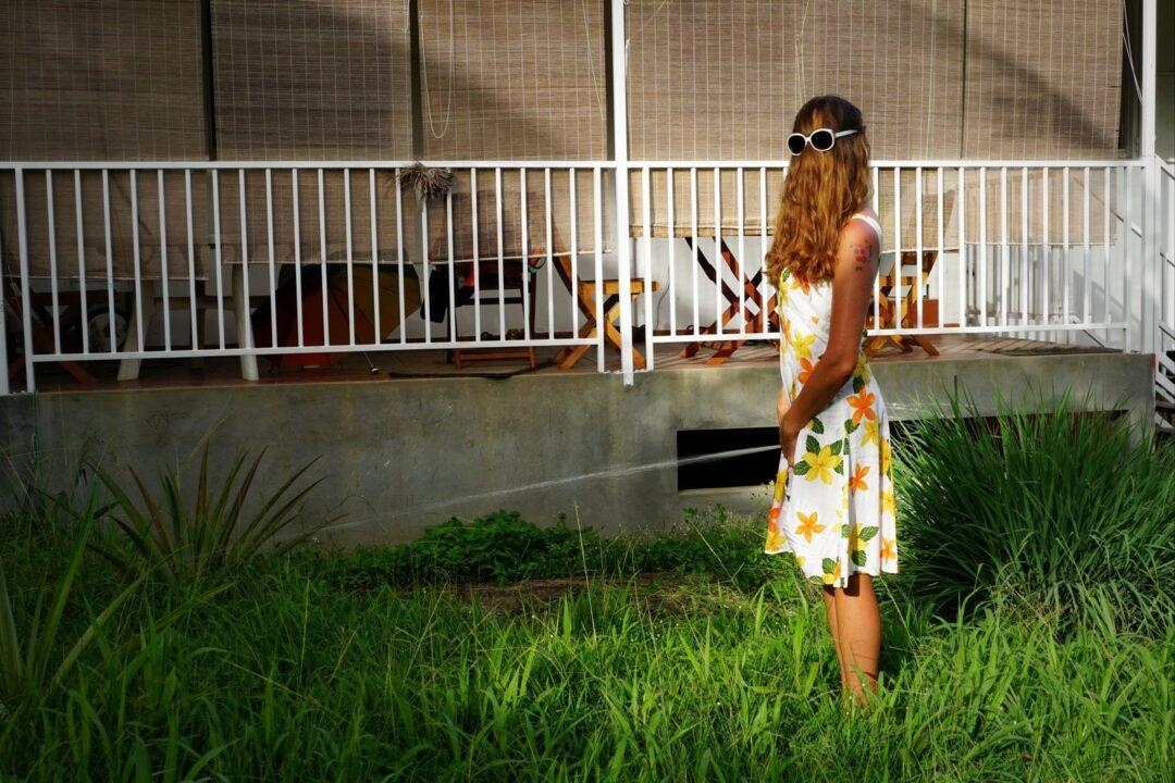 Choubaka effectue une miction dans son jardin afin de marquer son territoire