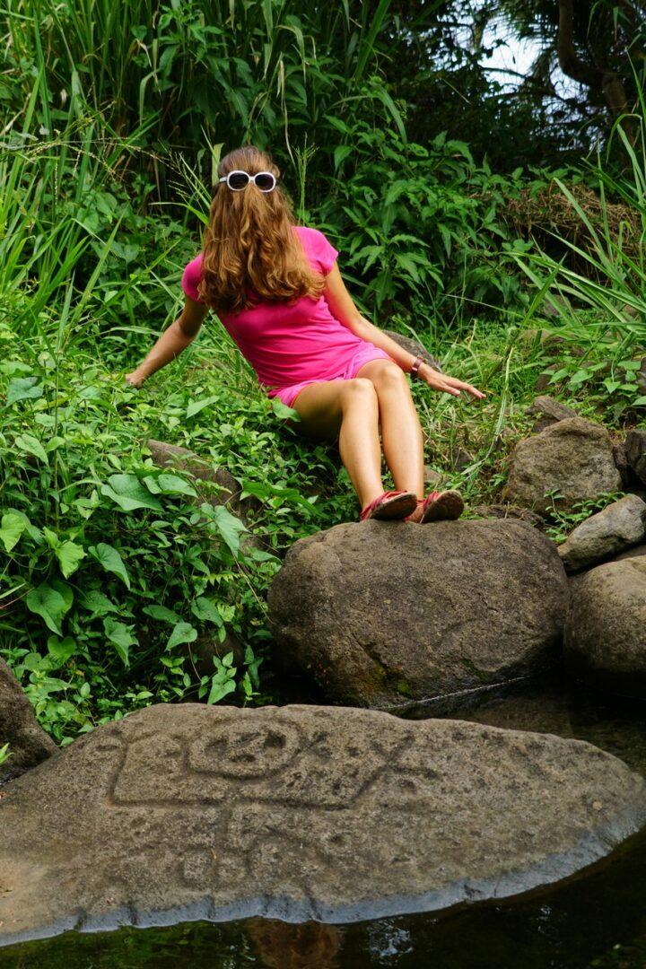 Choubaka à coté du pétroglyphe de la femme qui accouche