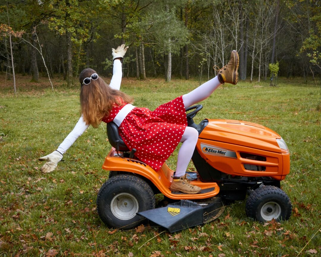 Choubaka s'exerce à la voltige sur tracteur